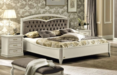 Camel Nostalgia Bianco Antico Curvo Fregio Capitonne Ring Bed with Storage